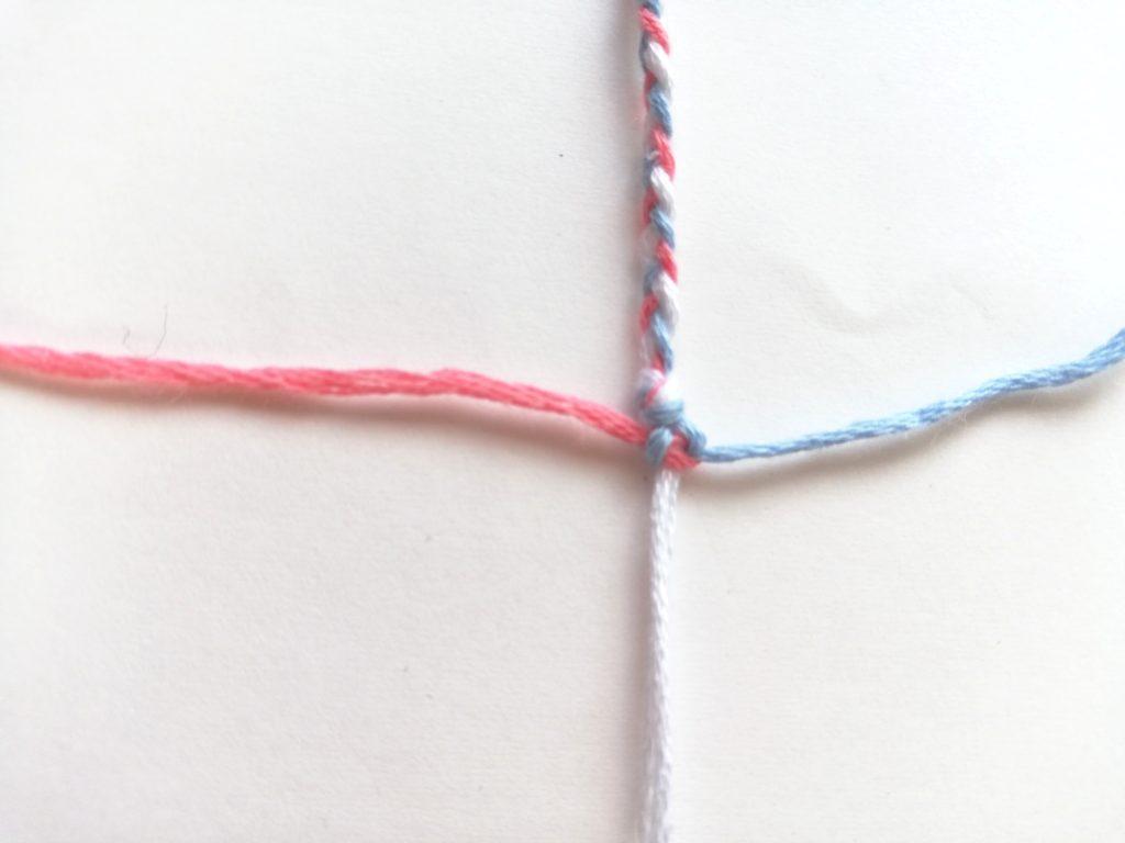 糸を引き締めている所