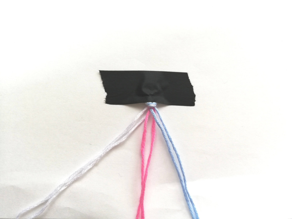 刺繍糸をマステでとめたところ
