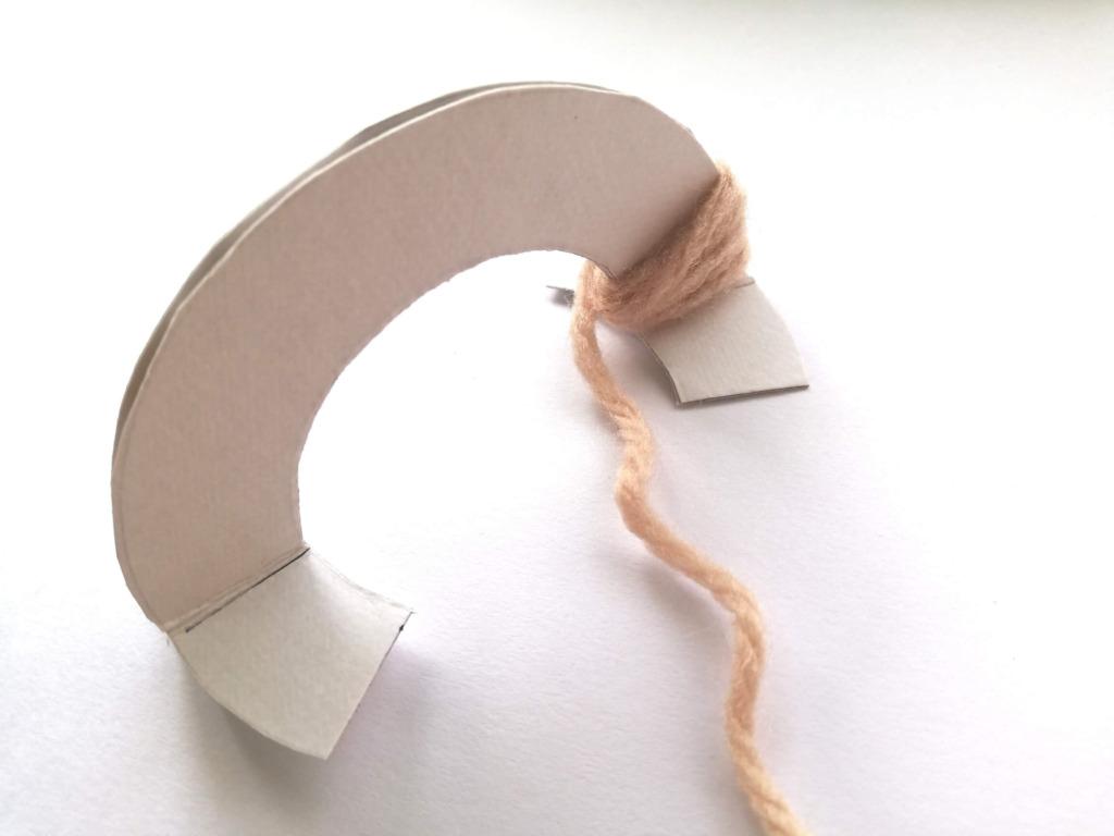 毛糸を巻いているところ
